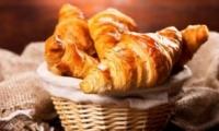 Crocanți şi delicioşi. O brutărie din Capitală face croasanţi la fel ca în boulangeriile din Paris. Cât costă