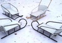 Ne bucurăm de zăpadă cu sănii din rattan fabricate în Moldova