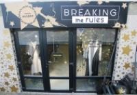Și-au dat frâu liber creativității și s-au întrecut în a decora vitrine de poveste