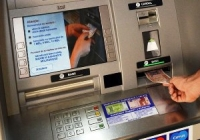 Moldovenii primesc aproape jumătate din venituri pe card, dar preferă să achite cash