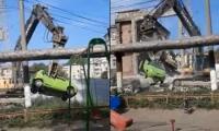 """Машину, мешавшую заезду на кишинёвскую стройку, """"эвакуировал"""" через забор экскаватор (видео)"""